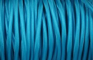 Câble électrique tissu bleu turquoise.